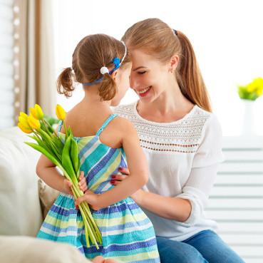 Dziewczynka daje mamie kwiaty