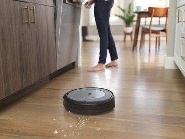 iRobot Roomba i3 sprząta podłogę w kuchni