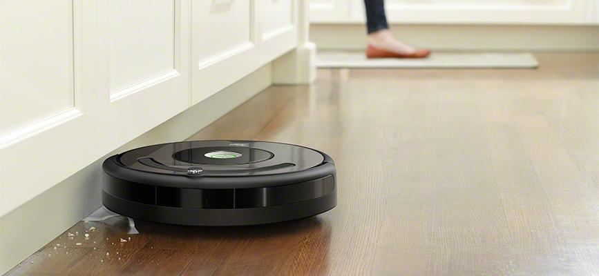 iRobot Roomba serii 600 sprzata wzdłuż krawędzi ścian