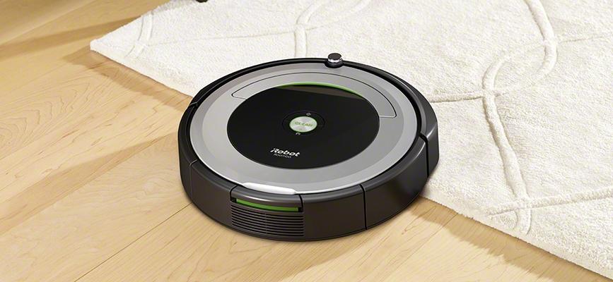 iRobot Roomba serii 600 wjeżdza z podłogi na dywan